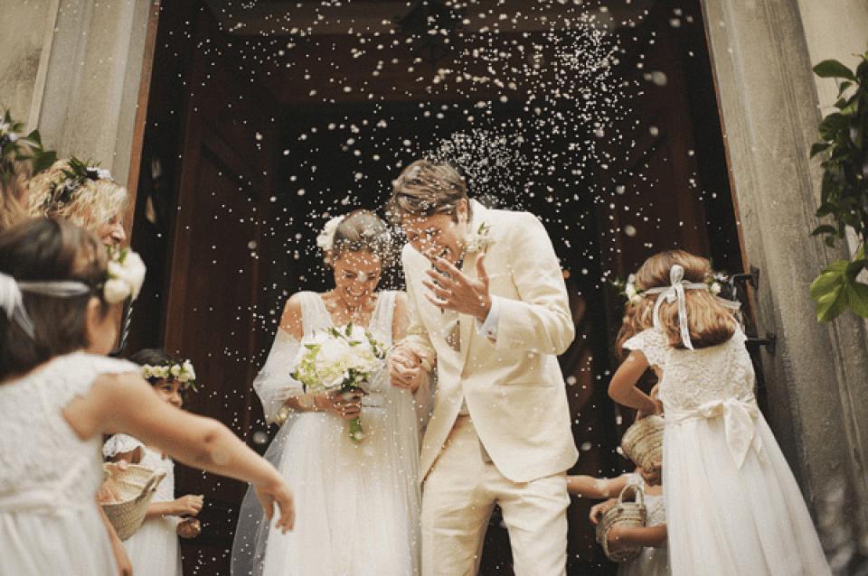 Rijst gooien naar bruidspaar