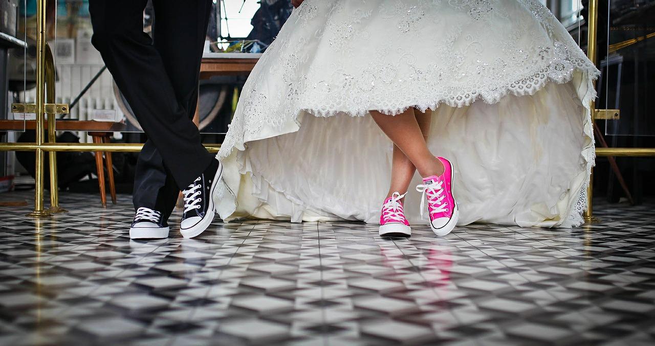 platte-schoenen-allstars-bruiloft